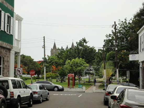 Independence Square: Walking to the park