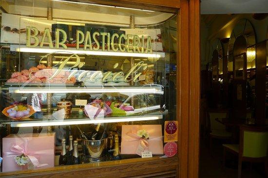 """Bar Pasticceria Piccioli: витрина """"Piccioli"""""""
