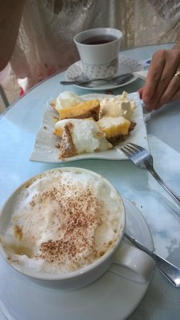 Harriet's Tea Room and Restaurant: Lemon marengue cake with tea and cappuccino.