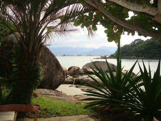 Ilha do Papagaio: Vista de um dos recantos da frente da pousada na praia principal