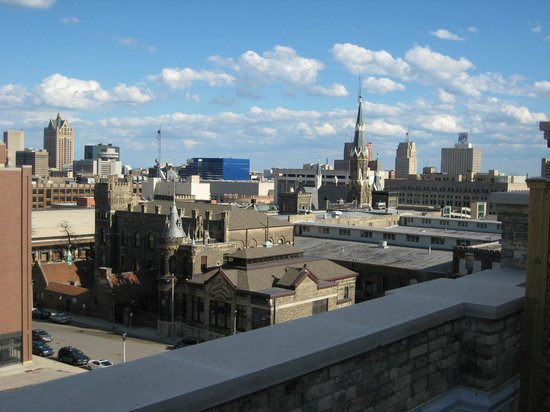 The Brewhouse Inn & Suites: Downtown Milwaukee skyline view from our suite.