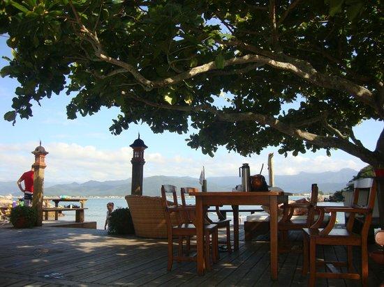 Ilha do Papagaio: Vista da entrada da pousada pela piscina