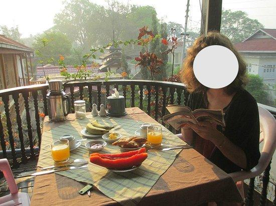 Mingalar Inn : le petit déjeuner sur la terrasse