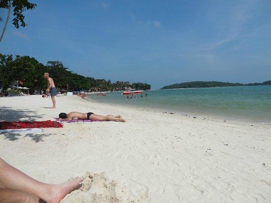 KC Resort & Over Water Villas: Beach just a short stroll from resort