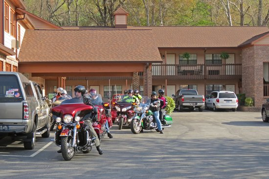 Jonathan Creek Inn and Villas: A Group of Riders Leaving Jonathan Creek Inn