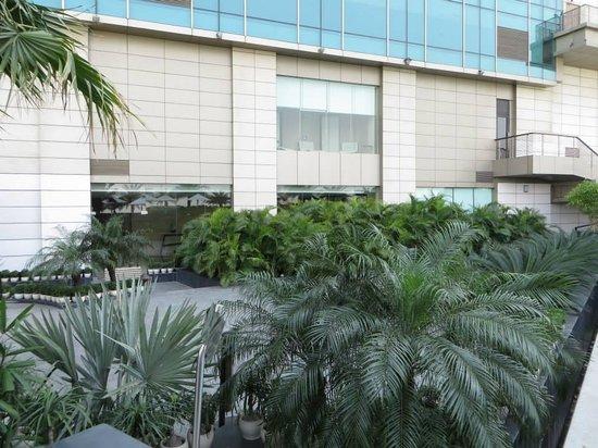 Crowne Plaza New Delhi Rohini: hotel garden