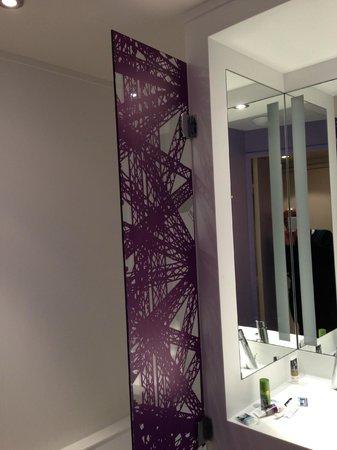 Mercure Paris Centre Tour Eiffel : バスルームの仕切り。シャワーカーテンがない。