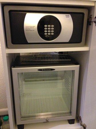 Mercure Paris Centre Tour Eiffel : 金庫と冷蔵庫。ごく普通の設備。