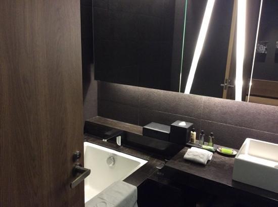 Hotel Dua: bathroom with tub and amenities