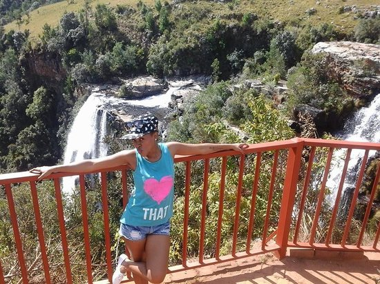 Abangane Guest Lodge: Admiring the water fall