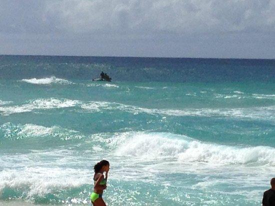 Sunset Beach Park : 沖に向かうサーファー