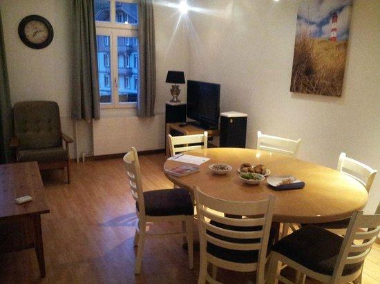 Tell Hotel-Restaurant: มีห้องอาหาร ห้องครัว อุปกรณ์พร้อม