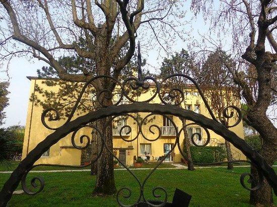 Viktoria Palace Hotel: hotel visto dal giardino