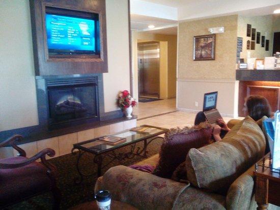 Best Western Penn-Ohio Inn & Suites : inviting lobby