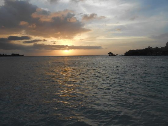 Sandals Royal Caribbean Resort and Private Island : Sunset over Sandals Cay