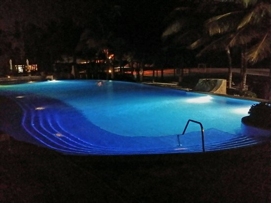 Royal Hideaway Playacar: Night time at Infinity Pool - Awesome!