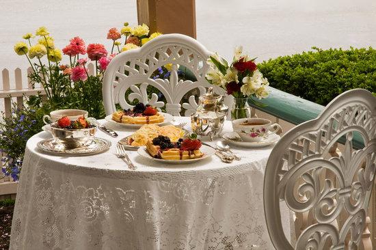 The Mason Cottage Bed & Breakfast Inn : Enjoy a gourmet breakfast on the porch