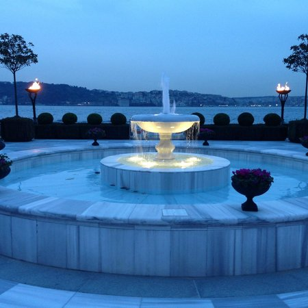 Four Seasons Istanbul at the Bosphorus: Beautiful fountain with the Bosphorus in the background