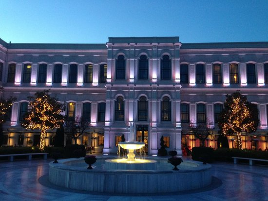 Four Seasons Istanbul at the Bosphorus: Hotel at night