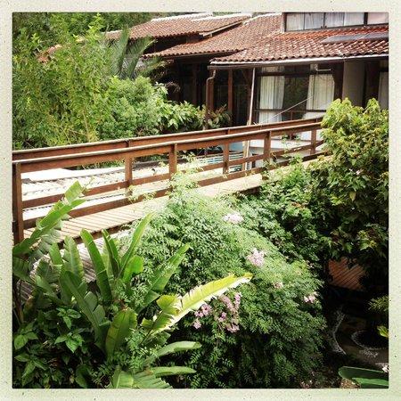 Pousada Mara E Claude : vue depuis l'arrière de la chambre vers les chambres du jardin