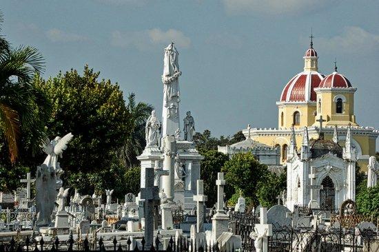 Christopher Columbus Cemetery (Cemetario de Colon): The general spectacle of gravesites in Necrópolis Colón