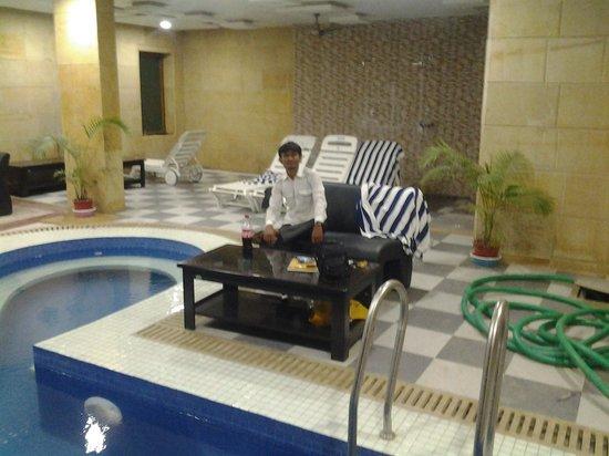 Treebo Rana Villa : piscine
