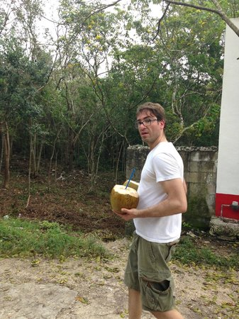 La Selva Mariposa: Walking back to LSM from the village with coconuts.