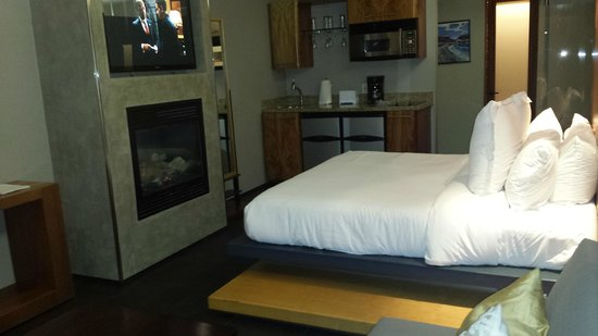 14 West : Bed and Fireplace