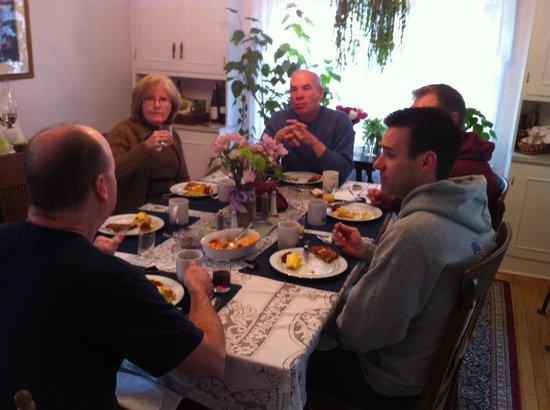 Echoes of the Glen Bed & Breakfast: Breakfast with friends.
