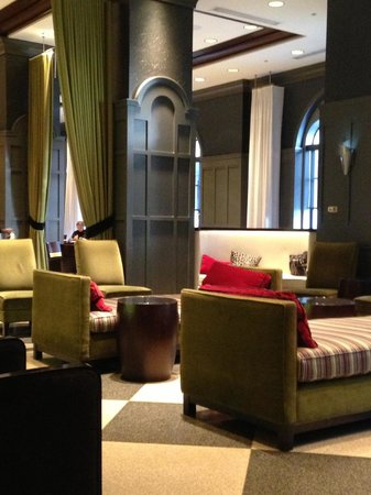 Warwick Allerton-Chicago: Lobby: sitting area by the bar and restaurant