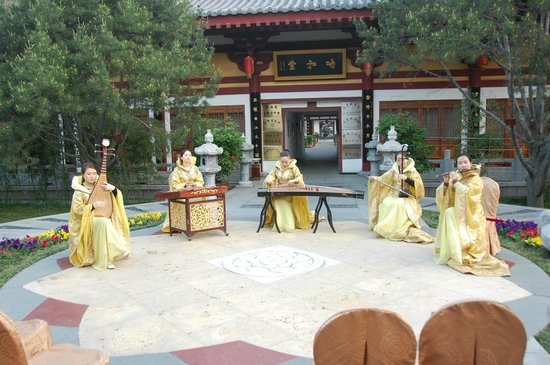 Tang Dynasty Art Garden Hotel: They had a band that played everyday