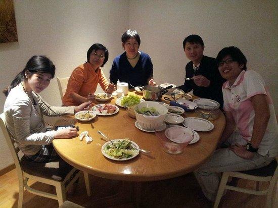 Tell Hotel-Restaurant: โต๊ะอาหาร เพียงพอสำหรับ 6คน