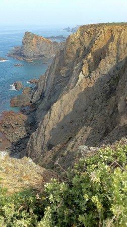 Arrifana Beach : High cliffs in daytime