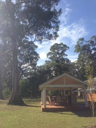 Inn the Tuarts Guest Lodge Busselton: The outdoor barbecue area