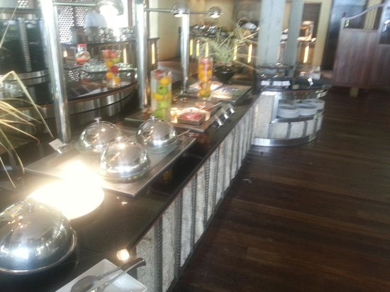 Beachcomber Seychelles Sainte Anne: Buffet areas - poor bland food!