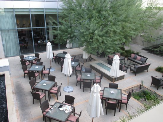 Westin Phoenix Downtown: Outside seating area
