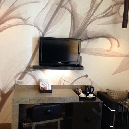 Starhotels E.c.ho.: Телевизор, обои, стол(номер)
