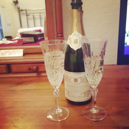 Thwaite Howe Hotel: Birthday bubbly (Adrian kindly chilled the bottle for us)