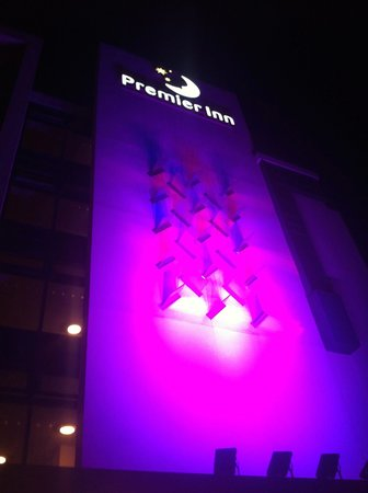 Premier Inn Cambridge (A14, J32) Hotel : Front of hotel at night!