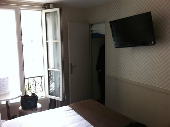 Hotel Longchamp Elysees : Tv and wardrobe