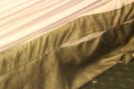 Mission Valley Resort: bedspread was old, ripped. bed skirt was ripped and hanging on the floor.