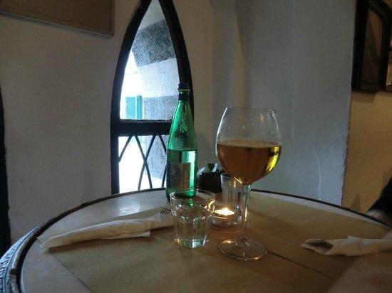 Taverna degli Apostoli: ワインとお水 窓から広場が覗けます