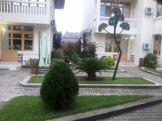 Centre d'Acceuil Ruwenzori: Small maintained lawn