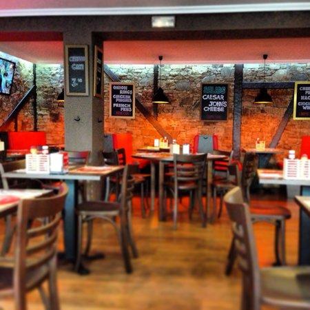 John's Grill House: Salón