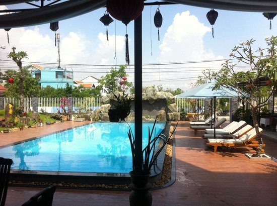 Grassland Hotel: Swimming pool view from inside lounge