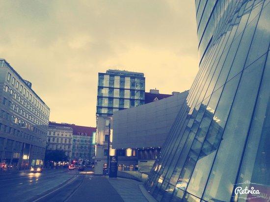 Novotel Wien City: Il Novotel visto dal ponte