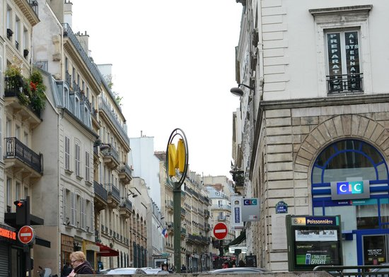 Best Western Premier Faubourg 88: Man kann das Hotelschild  vom Metroausgang erkennen