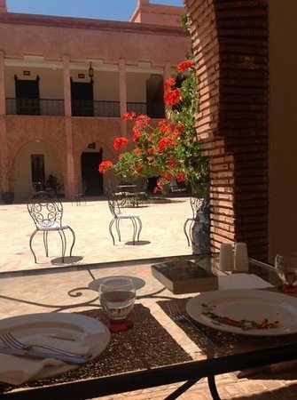 Kasbah Caracalla: courtyard; eat in the sun or the shade.