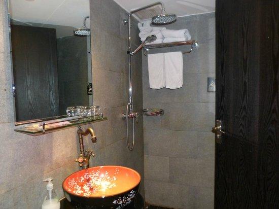 Langyuntai Hotel: Na het douchen is alles nat