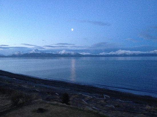 Driftwood Inn & Homer Seaside Lodges: View of Kachemak Bay and surroundig mountains from room balcony.